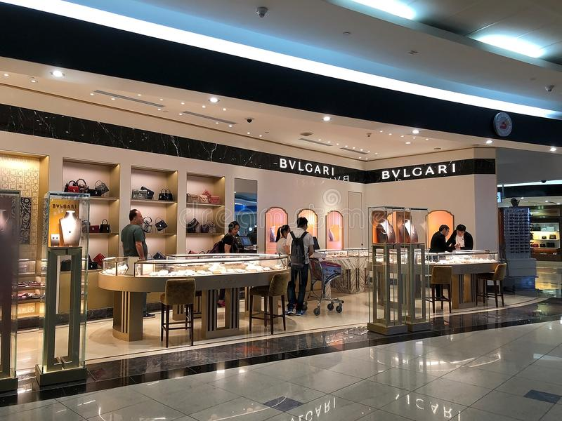 Tienda de Bulgari en el con franquicia en el aeropuerto internacional de Dubai, United Arab Emirates imagenes de archivo