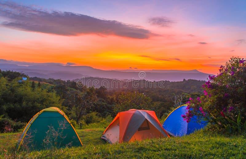 Tienda de campaña en camping en el parque nacional con salida del sol fotografía de archivo