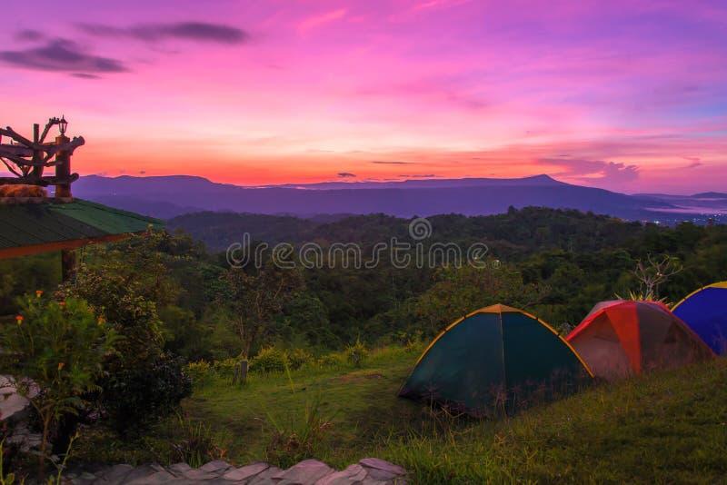 Tienda de campaña en camping en el parque nacional con salida del sol imagen de archivo