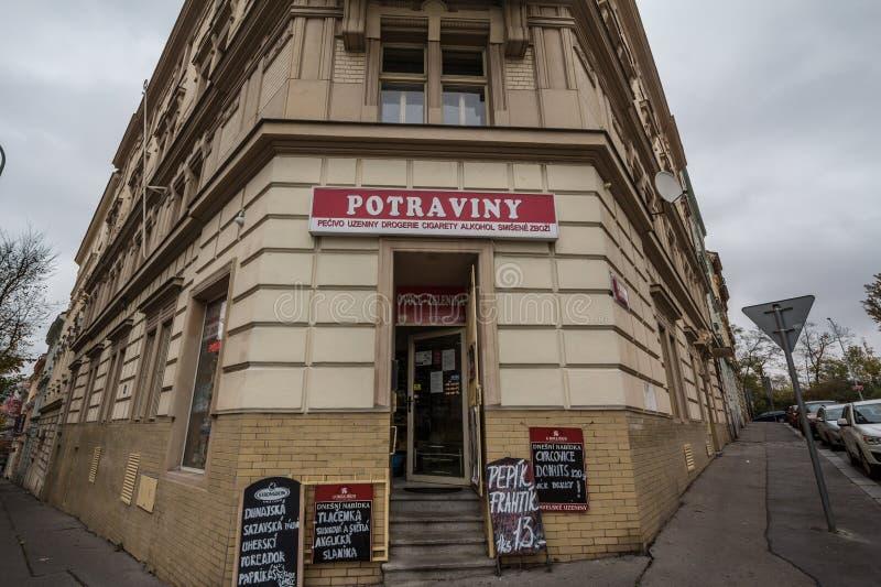 Tienda de conveniencia checa en el centro de Praga imagenes de archivo