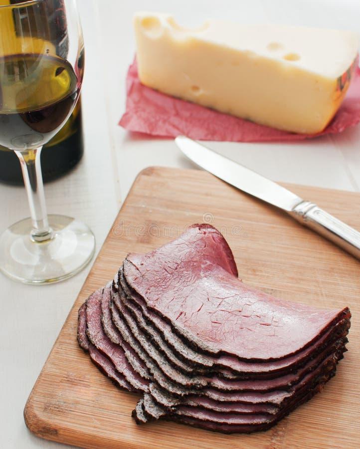 Tienda de delicatessen rebanada carne y vino del pastrami imagen de archivo