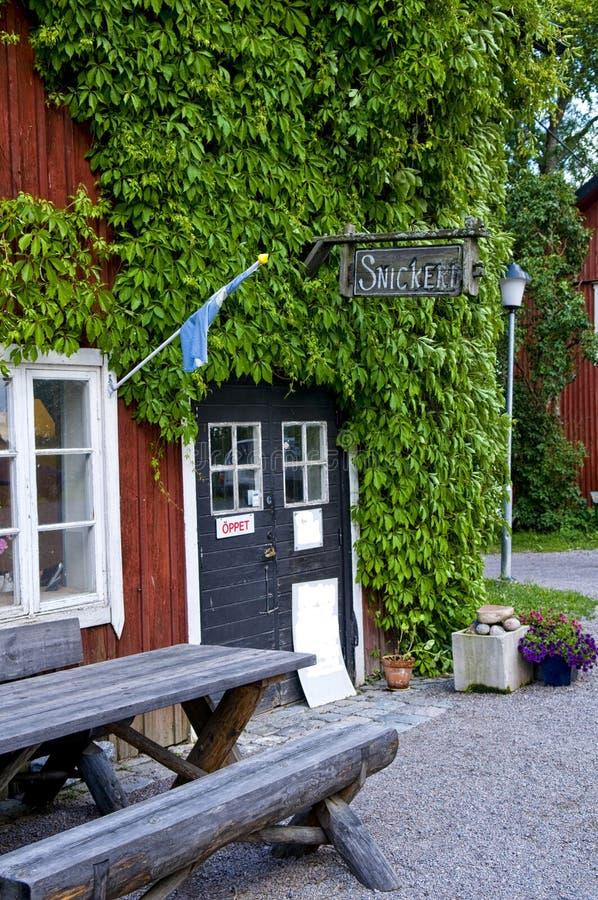 Tienda de la artesanía en madera en Suecia fotos de archivo
