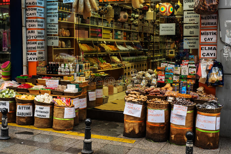 Tienda de la calle de los tés y de las especias en Estambul imagenes de archivo