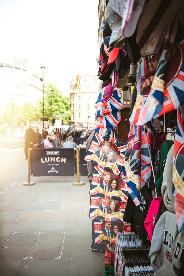 Tienda de la calle que vende celebrati real de la boda de los objetos de recuerdo del recuerdo fotos de archivo