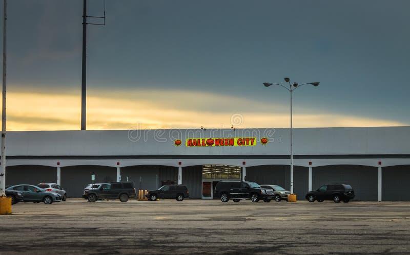 Tienda de la ciudad de Halloween imagen de archivo libre de regalías