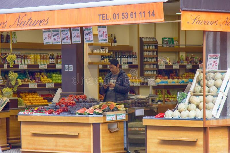 tienda de la fruta en la calle imagenes de archivo