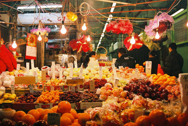 Tienda de la fruta en el mercado mojado de Hong Kong fotografía de archivo