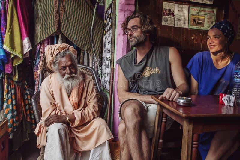 Tienda de la moda del mercado callejero y barra de café con Sadhu y los turistas foto de archivo libre de regalías