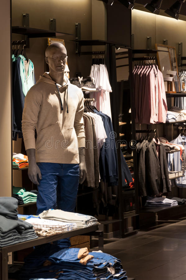 Tienda de la ropa de los hombres imagen de archivo