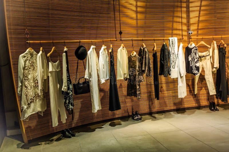 tienda de la ropa de moda de las mujeres foto de archivo libre de regalías