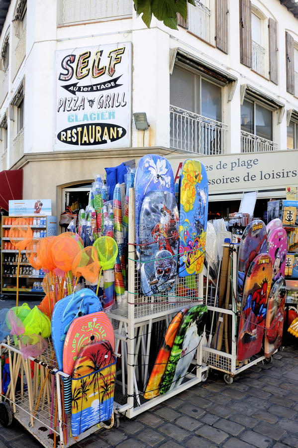 Tienda de la ropa de playa en la ciudad del Saintes-Maries-de-la-Mer imagenes de archivo