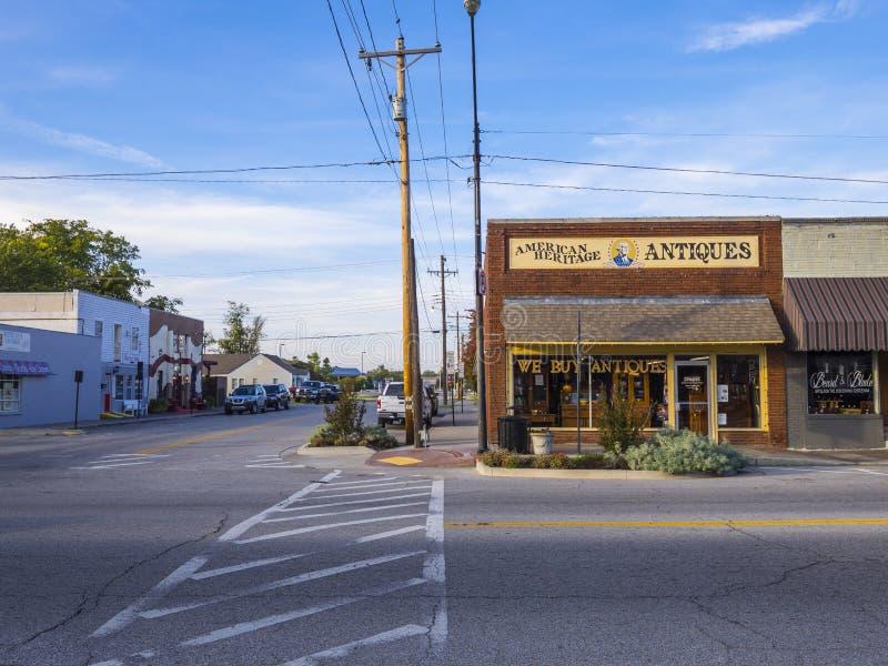 Tienda de las antigüedades y de los coleccionables en el pueblo de Jenks en Oklahoma - JENKS - OKLAHOMA - 24 de octubre de 2017 fotos de archivo