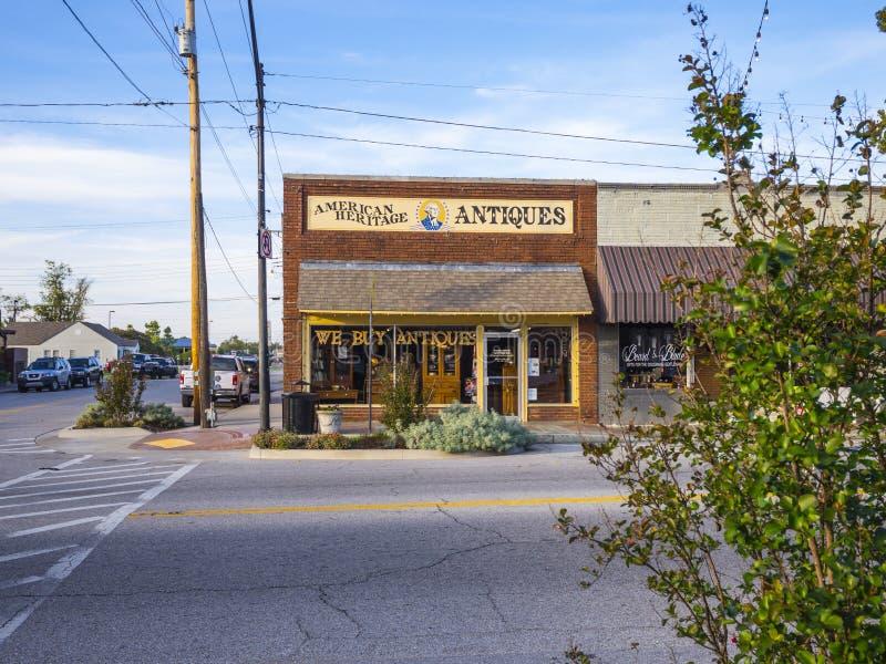 Tienda de las antigüedades y de los coleccionables en el pueblo de Jenks en Oklahoma - JENKS - OKLAHOMA - 24 de octubre de 2017 fotos de archivo libres de regalías