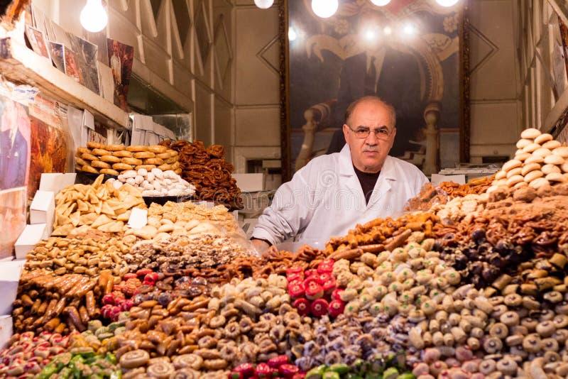 Tienda de las frutas exóticas exhibidas en un mercado en Marrakesh, Marruecos imagen de archivo
