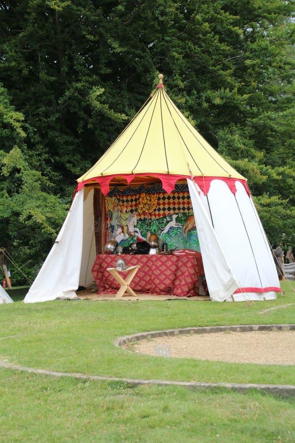 Tienda de los caballeros en un acampamento medieval imagen de archivo