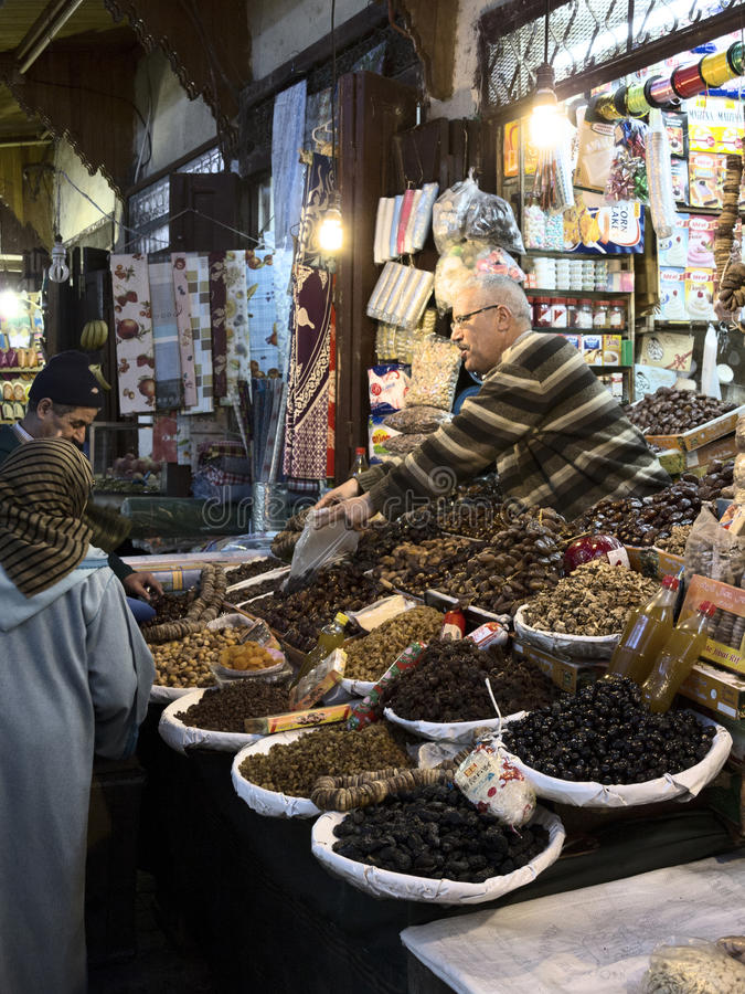 Tienda de los frutos secos en el souk de Fes fotografía de archivo