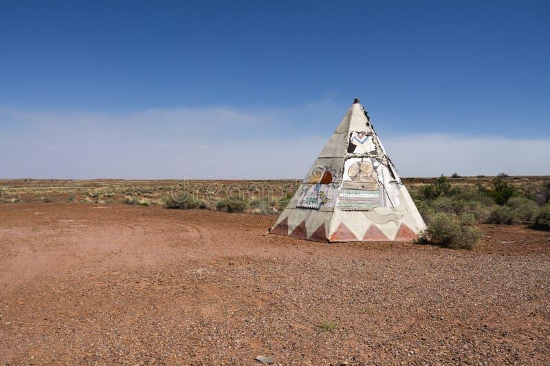 Tienda de los indios norteamericanos vieja de Route 66 con paisaje del desierto fotografía de archivo libre de regalías