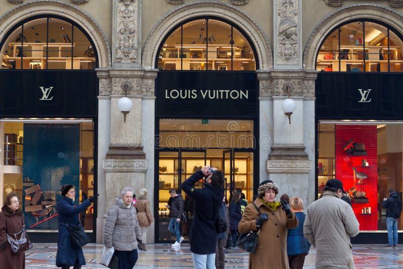 Tienda de Louis Vuitton en Milán fotografía de archivo