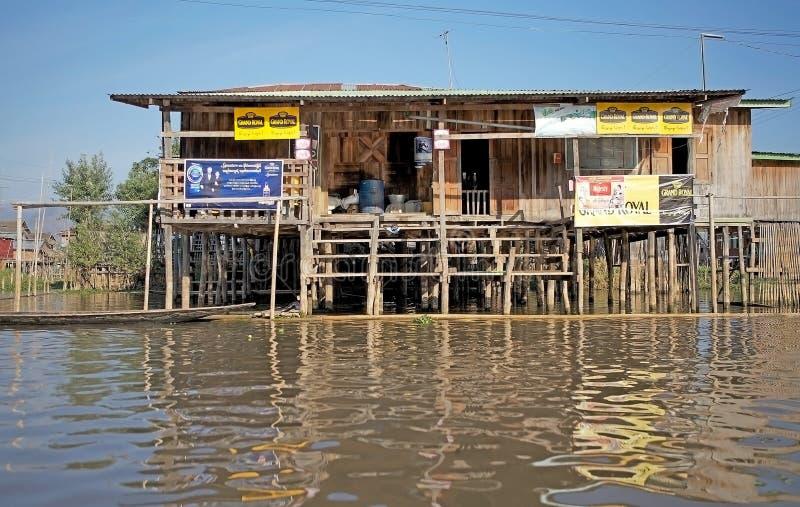 Tienda de madera tradicional del zanco en el lago Inle Myanmar fotos de archivo libres de regalías