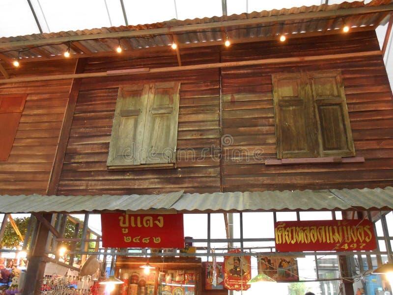 Tienda de madera vieja de la comunidad tailandesa foto de archivo libre de regalías