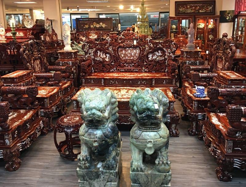 Tienda de muebles de caoba en Tailandia fotos de archivo