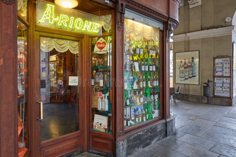 Tienda de pasteles de Arione y entrada antiguas del café en un día de verano en Cuneo, Italia fotografía de archivo libre de regalías