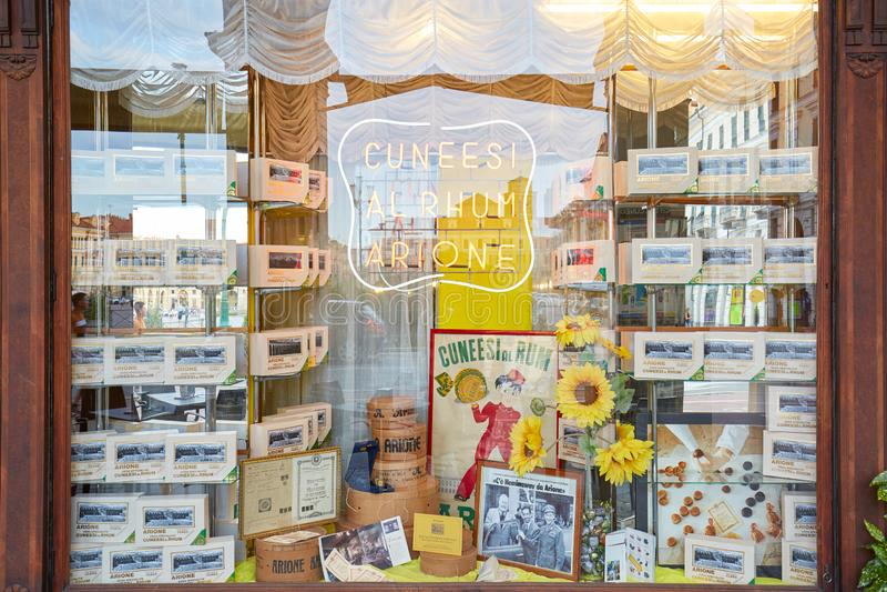Tienda de pasteles de Arione y ventana antiguas del café en un día de verano en Cuneo, Italia fotos de archivo libres de regalías