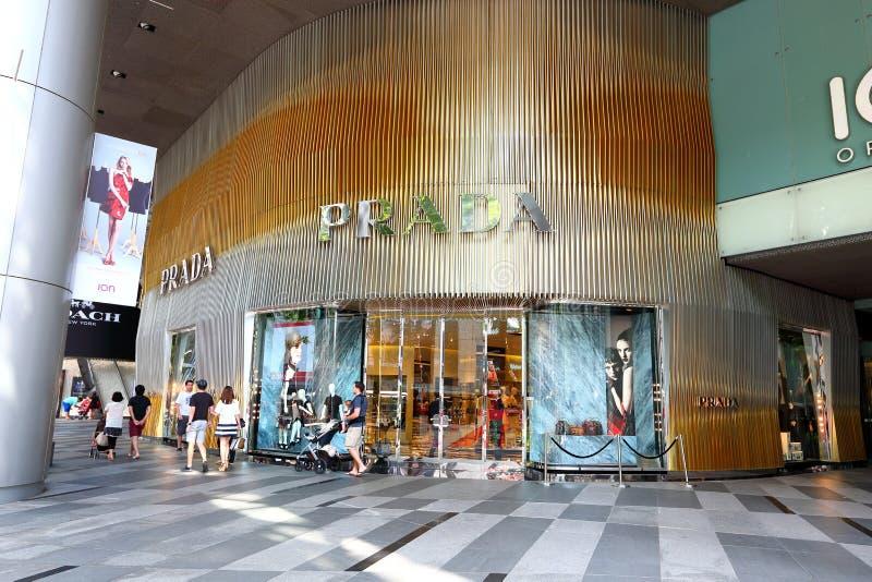 Tienda de Prada en el ion de la huerta fotos de archivo
