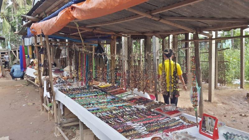 Tienda de regalos en el pueblo del Cham - Chau doc. foto de archivo