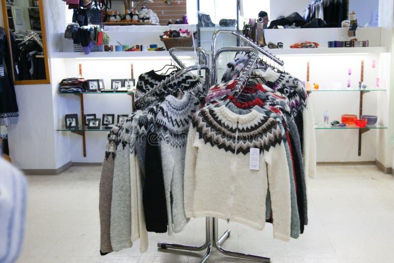 Tienda de regalos en Islandia En el primero plano, suéteres islandeses tradicionales de lana calientes fotografía de archivo libre de regalías