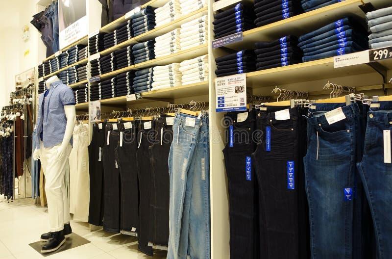 Tienda de ropa de los hombres fotos de archivo libres de regalías