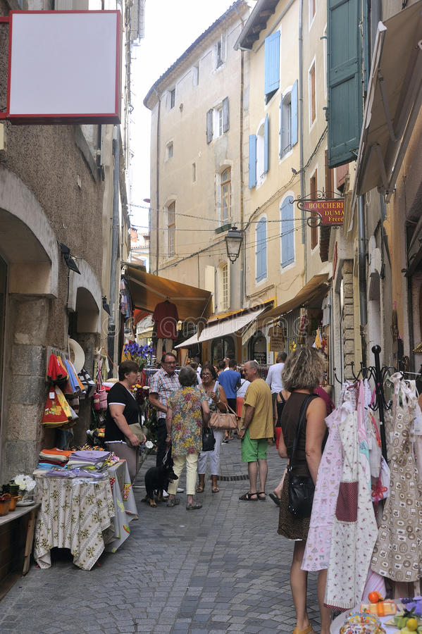 Tienda de ropa en calle del peatón de Anduze foto de archivo