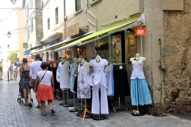 Tienda de ropa en calle del peatón de Anduze imágenes de archivo libres de regalías