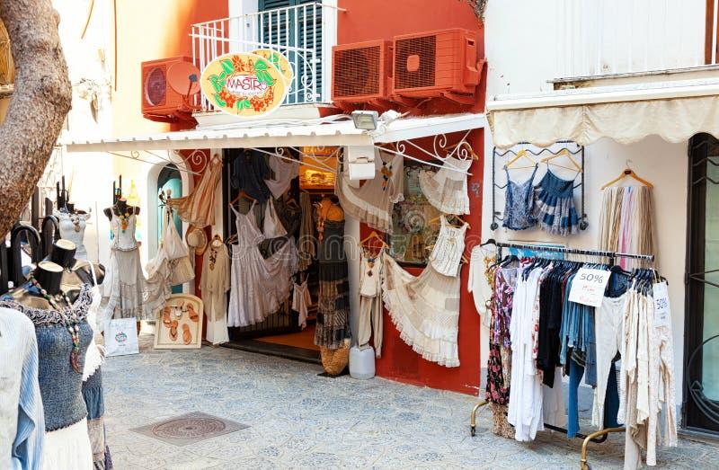 Tienda de ropa hecha en Positano fotografía de archivo libre de regalías