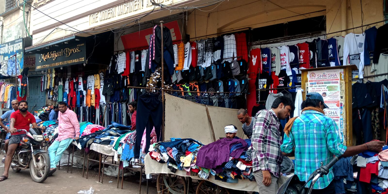 Tienda de ropa india del pueblo en el mercado principal imagen de archivo libre de regalías