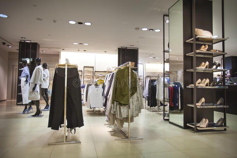 Tienda de ropa y zapatos femeninos Para las mujeres Ciudad de Vella del La, Andorra foto de archivo libre de regalías