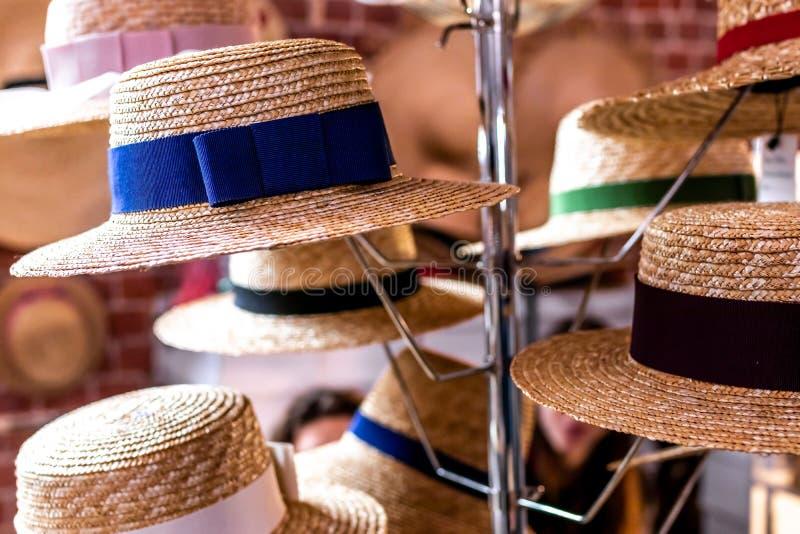 Tienda de sombreros de paja Sombreros de paja en un mercado del festival de primavera fotos de archivo