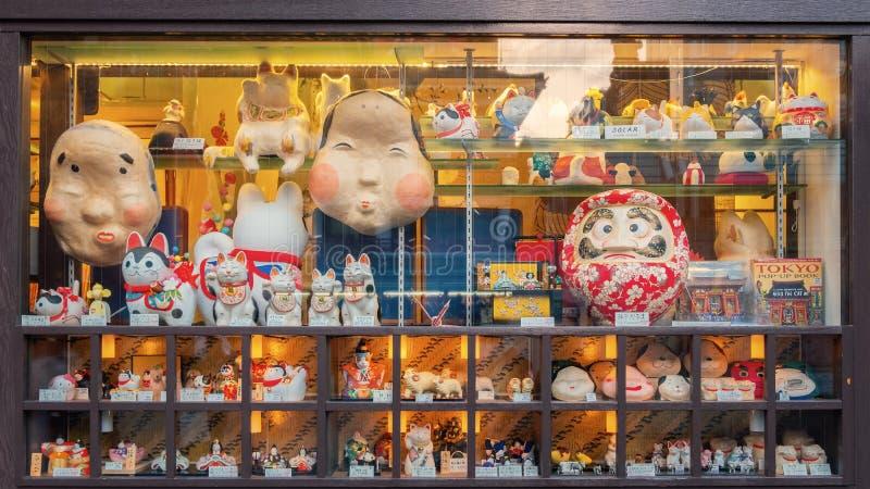 Tienda de souvenirs en la calle de las compras de Nakamise en el templo de Sensoji en Tokio fotos de archivo