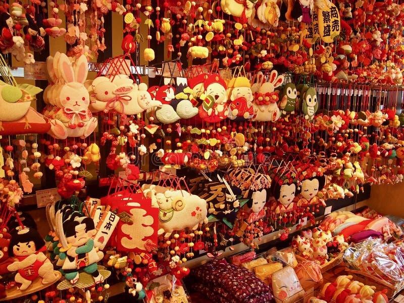 Tienda de souvenirs japonesa por completo de pequeños colgantes y de figuras coloridas foto de archivo libre de regalías