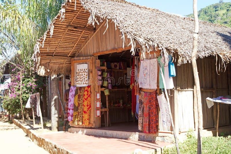Tienda de souvenirs, Komba entrometido, Madagascar imagen de archivo