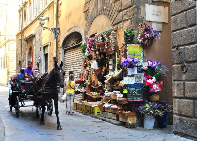 Tienda de ultramarinos típica en la ciudad de Florencia, Italia foto de archivo libre de regalías