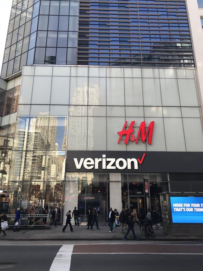 Tienda de Verizon y de H&M imagen de archivo