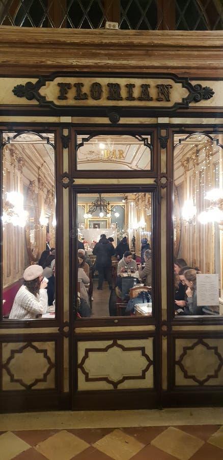 Tienda del caffe del café del vintage del café de Florian en tiempo del innwinter de Venecia alrededor de la Navidad con los ma foto de archivo