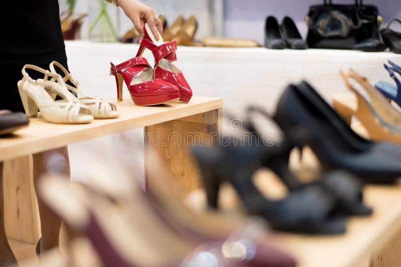 Tienda del calzado de las compras de la moda Estante de exhibición en zapatería imagen de archivo