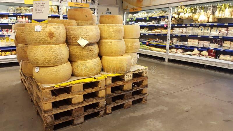 Tienda del departamento del queso Queso parmesano italiano Italia imagen de archivo libre de regalías