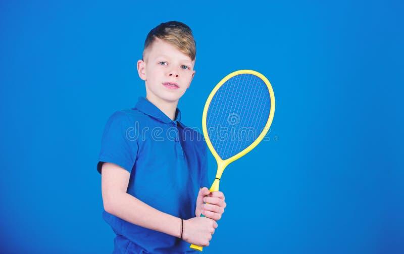 Tienda del deporte Little Boy La dieta de la aptitud trae salud y energ?a Tienda del juego del deporte Entrenamiento del gimnasio fotos de archivo libres de regalías