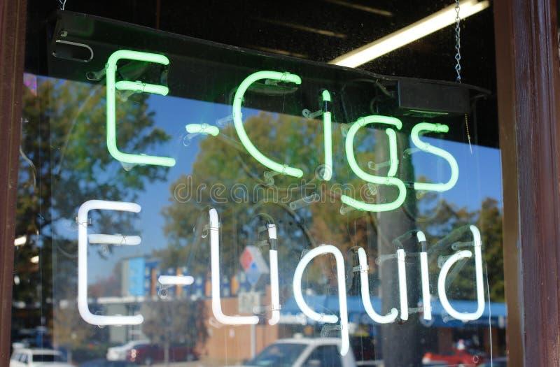 Tienda del E-cigarrillo y del E-líquido foto de archivo libre de regalías