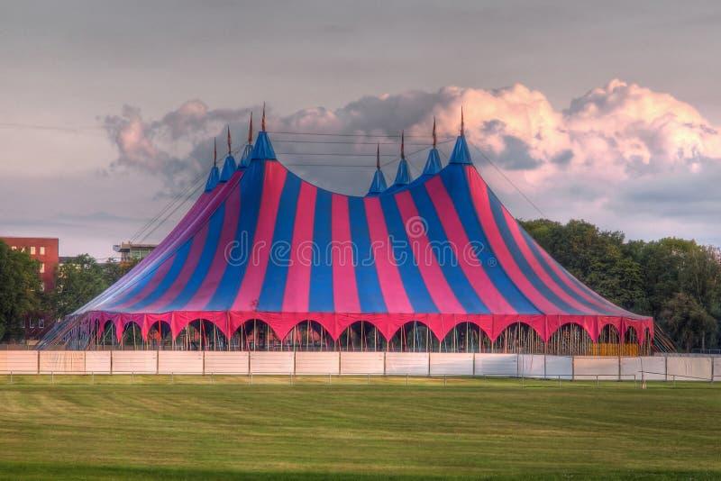 Tienda del festival del top grande en verde azul rojo imágenes de archivo libres de regalías