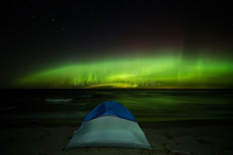 Tienda del lago Superior de la aurora boreal en orilla de la playa imagenes de archivo