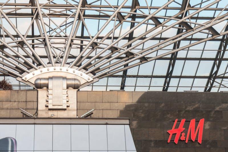 Tienda del logotipo H&M en una alameda gigante en el capital húngaro H y M es una empresa famosa de la venta al por menor de la r foto de archivo libre de regalías